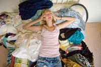 ベッドで泣いている女性