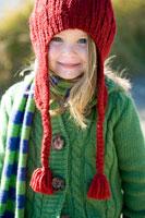 赤い毛糸の帽子を被った女の子 24027000173| 写真素材・ストックフォト・画像・イラスト素材|アマナイメージズ