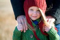 草原で寄り添うシニア男性と孫娘