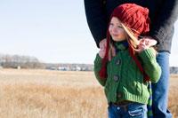 草原で寄り添うシニア男性と孫娘 24027000187| 写真素材・ストックフォト・画像・イラスト素材|アマナイメージズ