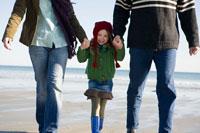 海岸で手を繋いで散歩をするシニアカップルと孫娘 24027000193| 写真素材・ストックフォト・画像・イラスト素材|アマナイメージズ