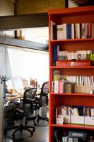 オフィス室内の風景 24027000207| 写真素材・ストックフォト・画像・イラスト素材|アマナイメージズ