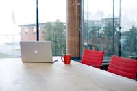 会議室のパソコンとコーヒーカップ
