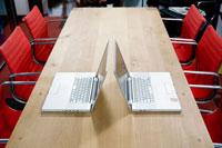会議室のパソコン 24027000254A| 写真素材・ストックフォト・画像・イラスト素材|アマナイメージズ