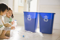 ゴミを分別する少年少女2人