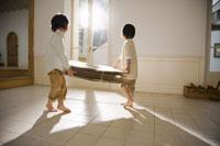 ダンボールを運ぶ少年2人