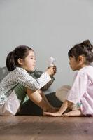 エコ電球を見つめる少女2人