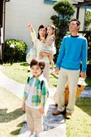 コテージの前を歩く家族4人