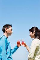 テラスで飲み物を飲む男性と女性