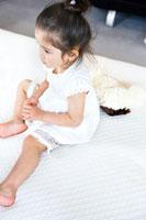 ベッドに座る少女