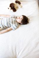 ベッドに寝る少年