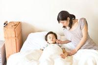 少年を寝かしつける母