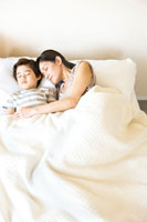 昼寝をする母と少年