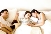 昼寝をする家族3人