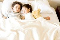 昼寝をする少年と少女