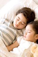昼寝をする少年と少女 24029000058| 写真素材・ストックフォト・画像・イラスト素材|アマナイメージズ