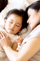少女を寝かしつける母