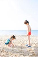 砂浜で遊ぶ少年と少女 24029000077| 写真素材・ストックフォト・画像・イラスト素材|アマナイメージズ