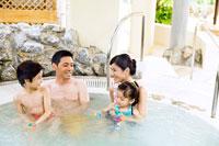 ジャグジーでくつろぐ家族4人 24029000082| 写真素材・ストックフォト・画像・イラスト素材|アマナイメージズ