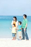 海辺に立ち微笑む家族4人 24029000086| 写真素材・ストックフォト・画像・イラスト素材|アマナイメージズ