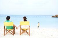 ビーチチェアに座る男性と女性の後ろ姿