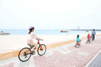 自転車で走る家族4人の後ろ姿 24029000137| 写真素材・ストックフォト・画像・イラスト素材|アマナイメージズ