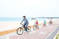 自転車で走る家族4人