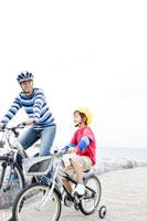 自転車に乗る父と少年