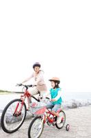 自転車に乗る母と少女