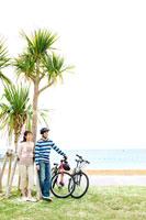 自転車を降り休憩する男性と女性