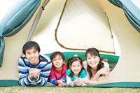 テントで微笑む家族4人 24029000154| 写真素材・ストックフォト・画像・イラスト素材|アマナイメージズ