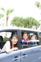 車から顔を出す家族3人 24029000162| 写真素材・ストックフォト・画像・イラスト素材|アマナイメージズ