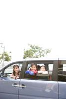 車から顔を出す家族3人 24029000163| 写真素材・ストックフォト・画像・イラスト素材|アマナイメージズ