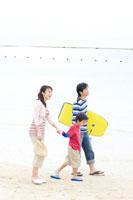 浜辺を歩く家族3人