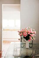 テーブルに置かれた花瓶のピンクのバラ