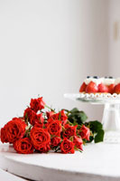 赤いバラの花束と苺タルト