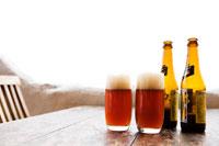 グラスに入ったビールとビール瓶