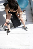 ダンベルでトレーニングをする女性