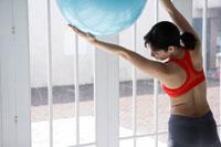 バランスボールでトレーニングをする女性