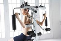 ベンチプレスでトレーニングをする女性 24030000029| 写真素材・ストックフォト・画像・イラスト素材|アマナイメージズ