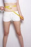 メジャーでウエストを測る女性 24030000033| 写真素材・ストックフォト・画像・イラスト素材|アマナイメージズ