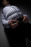 きつい洋服を着た肥満男性 24030000046| 写真素材・ストックフォト・画像・イラスト素材|アマナイメージズ