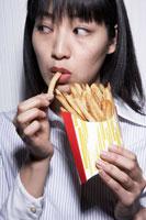 フライドポテトを食べる女性
