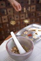 テーブルに置かれた漢方薬