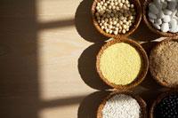 カゴに入った穀物類 24030000123| 写真素材・ストックフォト・画像・イラスト素材|アマナイメージズ