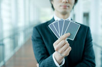 トランプカードを見せるビジネスマン