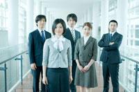 オフィスの廊下に立つ男女社員 24031000053| 写真素材・ストックフォト・画像・イラスト素材|アマナイメージズ