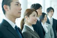 オフィスの廊下に立つ男女社員 24031000055A| 写真素材・ストックフォト・画像・イラスト素材|アマナイメージズ