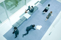 廊下で転び倒れるビジネスマン
