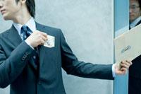 極秘書類と金銭を交換するビジネスマン